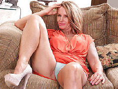 Insatiable housewife enjoys to have fun with her moist fuckbox